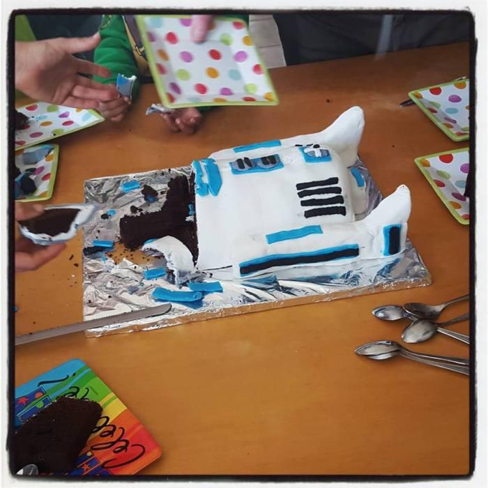 r2d2 birthday cake cut